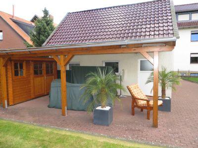 überdachte Terrasse mit Gerätehaus