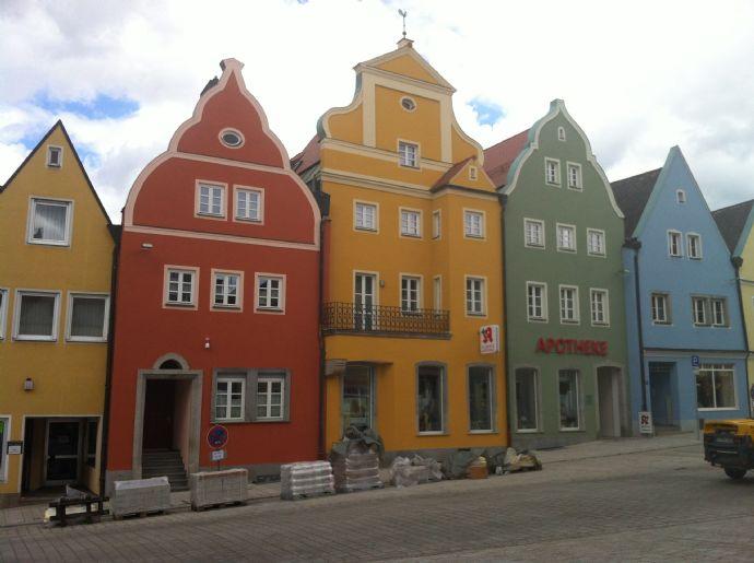 Exklusive helle, moderne 2-Raum-Wohnung mit Terrasse/Balkon und EBK in Stadtplatzhaus (Denkmalschutz