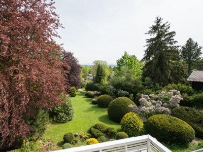 Blick vom Balkon in den weitläufigen Garten