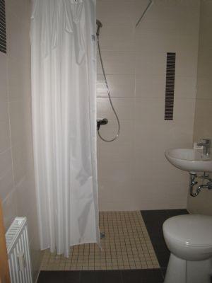 Beispielbad mit bodenebener Dusche