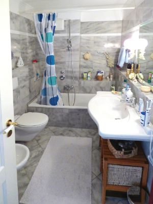 ab sofort ger umige 2 zi mietwohnung mit vollausstattung in gehobenem wohnkomplex zu vermieten. Black Bedroom Furniture Sets. Home Design Ideas