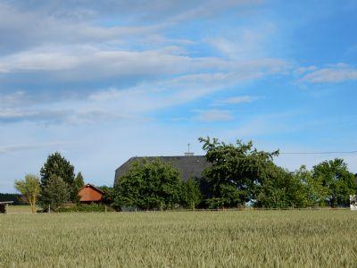 Blick vom Dorf auf das Haus