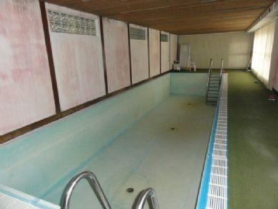 Schwimmhalle mit Becken 14m x 4,2m