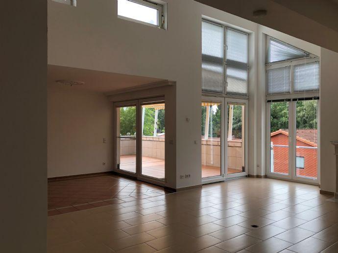 Großzügige und ruhige 4-Zimmer Maisonette-Wohnung mit Dachterrasse, Fahrstuhl, Einbauküche in Hamburg-Volksdorf