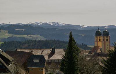 Blick über den Ort bis zum Feldberg
