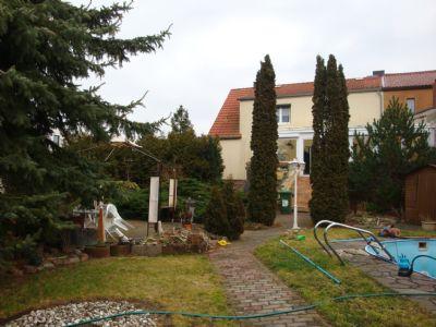 Pool, Sitzecke und Haus mit Wintergarten