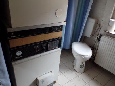 die Ölheizung, WC, Heizung u Fenster ...