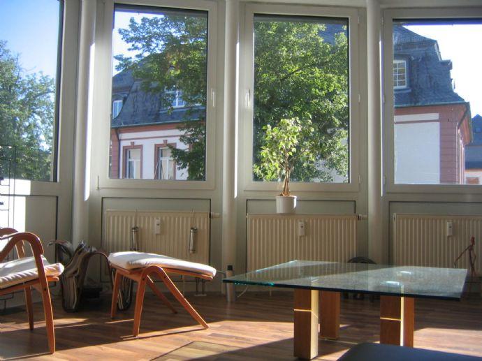 Lichtdurchflutete Maisonette Wohnung - am idyllischen Main / Nidda Ufer mit sehr großem Wohn- / Eßbereich und Balkon / Tiefgaragen Stellplatz