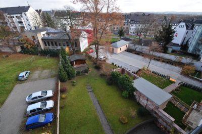 Blick ins Grundstück mit Gartenhaus
