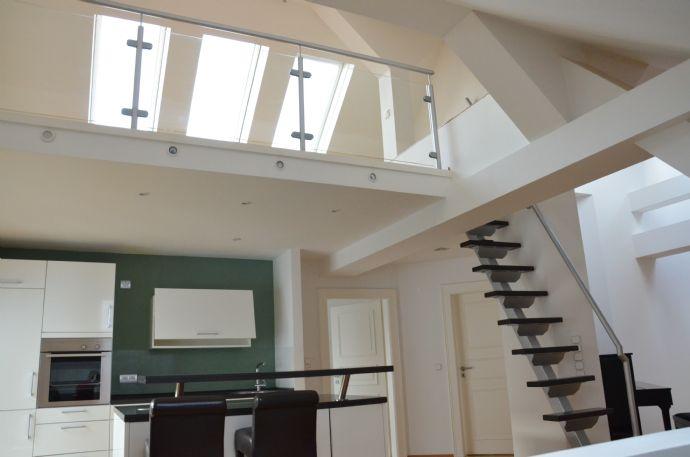 Urban, ruhig und mit Blick ins Grüne: schicke, individuelle 2,5-Zimmer-Maisonette / Dachgeschoss-Wohnung in Wiesbaden