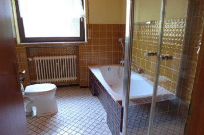 Bad mit Dusche und Badewanne EG