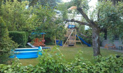 Vorderer sonniger Garten - in bewohntem Zustand