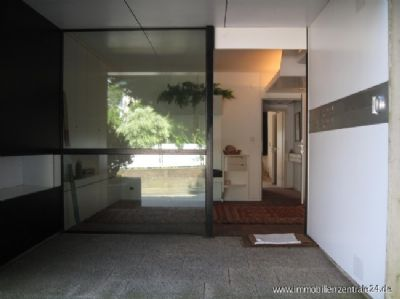 Eingangtür mit Klingelanlage