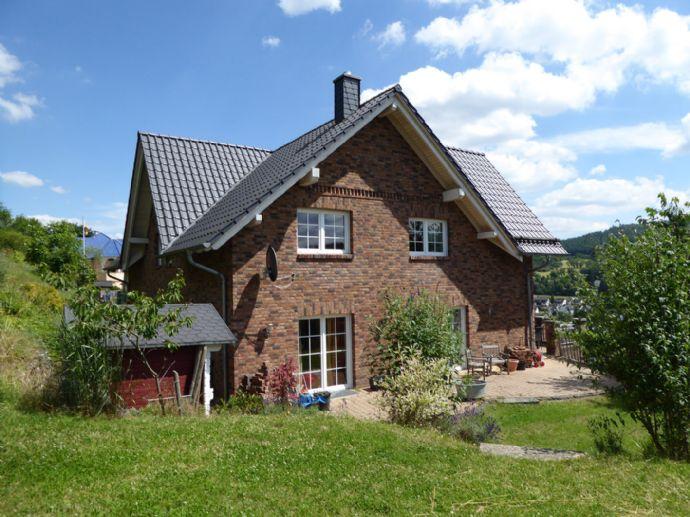 Freistehendes ebenerdiges Architektenwohnhaus mit gehobener Ausstattung, Garten, großer Terrasse, Balkon und Doppelgarage in einem OT von Dillenburg