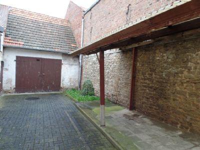 Hofbereich und überdachter Grillplatz vor Garage
