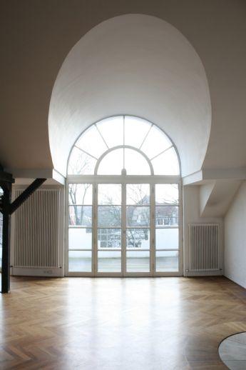 Zooviertel: zweigeteilte Maisonette mit 2 Bädern, Balkonen, Vollholzparkett; Studio, Galerie & Kamin