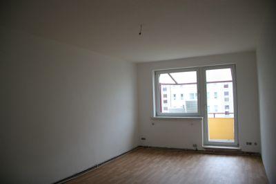 Wohnzimmer - Blick zum Balkon