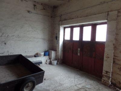 Garage hinter kleinem Tor ...