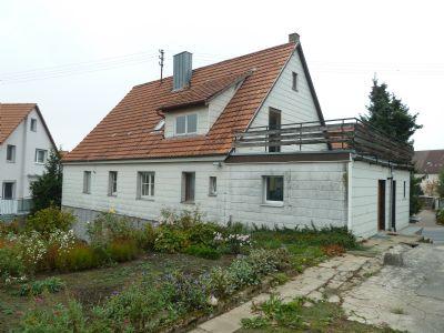 Gebäude-Rückseite mit Anbau u. Dachterrasse