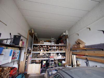 große Garage hinter Verkaufsraum
