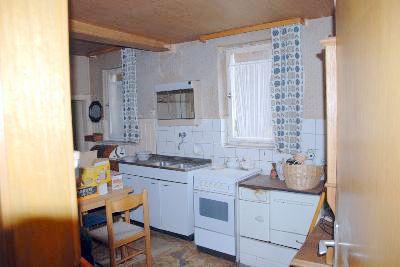 Küche mit altem Holzherd im EG