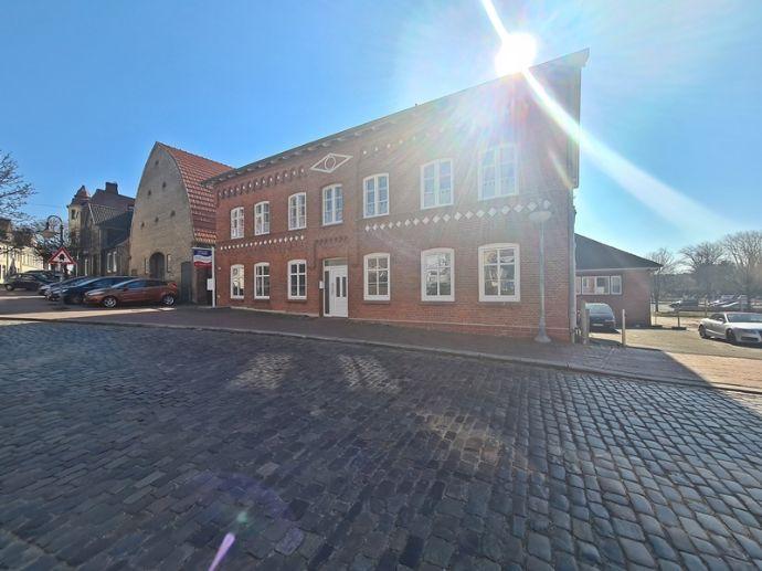 westimmobilien: Erstbezug nach Komplettsanierung! Moderne Dachgeschosswohnung mit historischem Charme