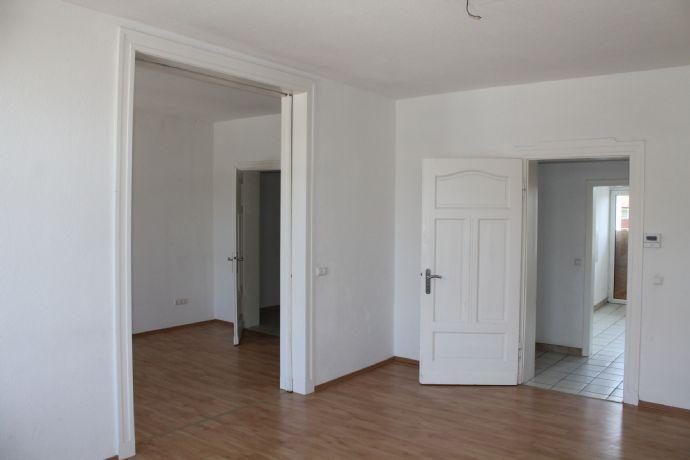 Altbauperle - 95 m² - 4 Räume - Küche - Wannenbad mit Fenster - großer Balkon