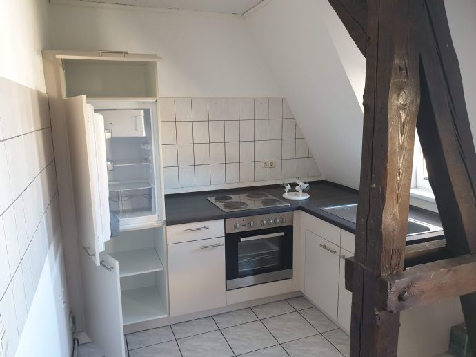 kleine Wohnung im Dachgeschoss mit Einbauküche zu vermieten