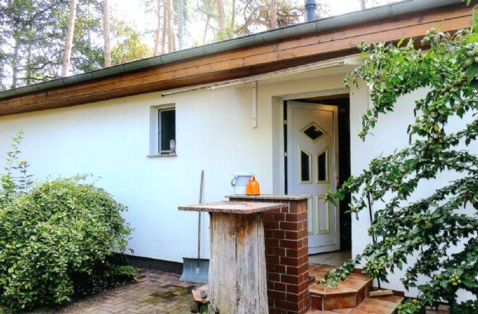 Schönwalde-Glien OT Siedlung: Bereits frei: Massiver Bungalow mit Wintergarten, Carport, Nebengelass und Gartenhaus auf sehr idyllischem Grundstück