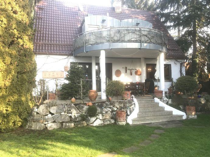 Einfamilienhaus mit grossem Grundstück .