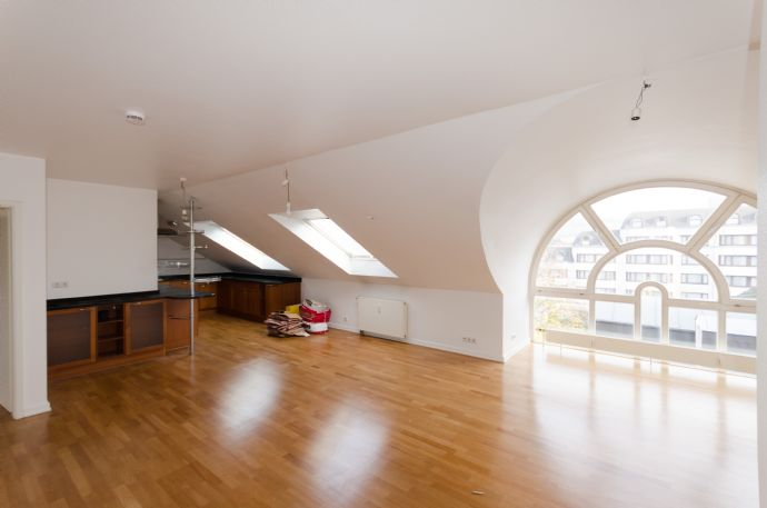 Traum Dachgeschosswohnung mit Einbauküche und Parkplatz! Top Innenstadt-Lage.