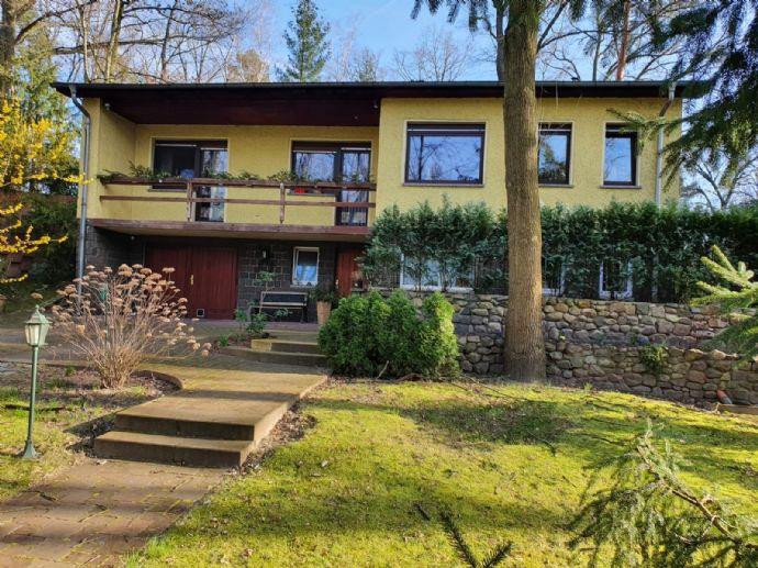 Großzügiges Einfamilienhaus auf 2 Ebenen mit Kamin und Wintergarten auf großem Hanggrundstück