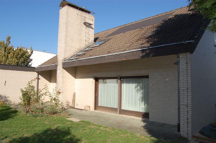 Villa am Stadtrand: Guter Lage, Nähe Dönche. Klinkerfassade. Doppelgarage. Keller