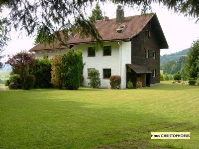 Haus CHRISTOPHORUS » FeWo STAUFEN (~70m² im EG), 1000m² Spiel-/Liegewiese, Grill, inkl. Oberstaufen-PLUS* - am Waldrand, gerne mit Hund