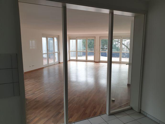 Großzügige 3-Zimmer Wohnung mit großer Dachterrasse in zentraler Lage