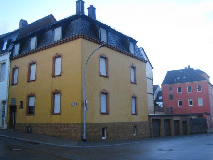 3 Fam.-Haus mit 4 Garagen in ruhiger Seitenstraße Nähe City