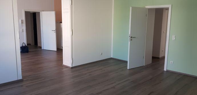 große, helle und offen gestaltete 3 Raum EG Wohnung