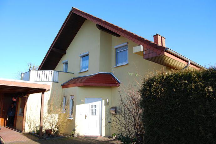 IDEAL FÜR DIE FAMILIE....schöne und gepflegte Doppelhaushälfte mit großem Carport, 4 Schlafzimmer, Wohnküche in ruhiger Seitenstraße....
