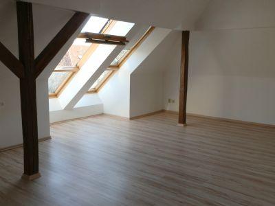 Wohnzimmer mit großen Dachschrägefenstern