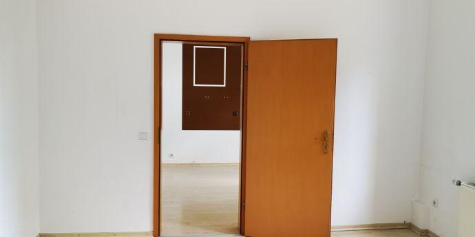 Mitten drin! 3- 4 Zimmerwohnung an älteres Ehepaar, WG oder Paar zu vermieten. 1.OG mit Balkon