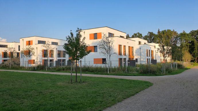 Über 300 m² Grundstück ! Moderne Doppelhaushälfte mit lichtverwöhnten Räumen und KfW 40-Standard