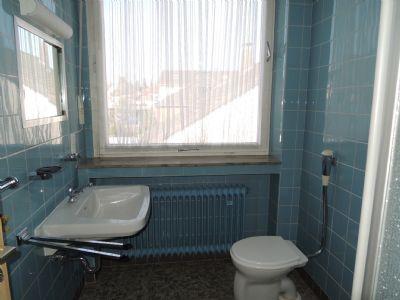 Das Kinderbad mit Fenster, WC, Waschbecken ....