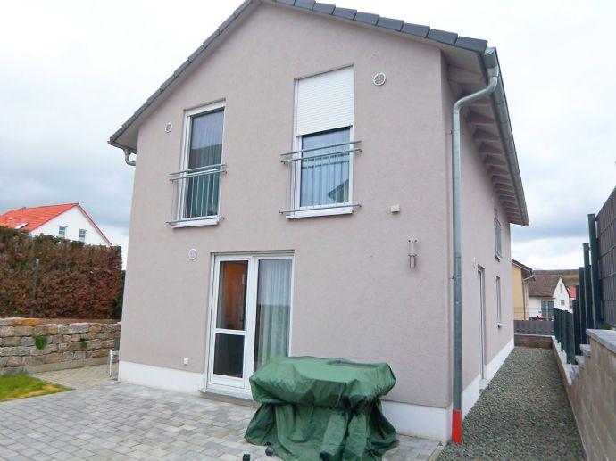 Neuwertig: Freistehendes Stadthaus mit offenem Wohnambiente in Neu-Anspach