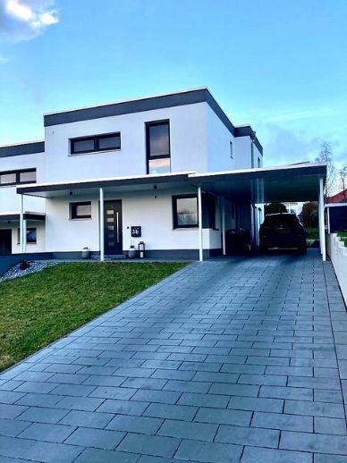 Moderne Doppelhaushälfte mit Carport