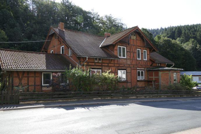 Freistehendes Zweifamilien-Fachwerkhaus mit Anbau