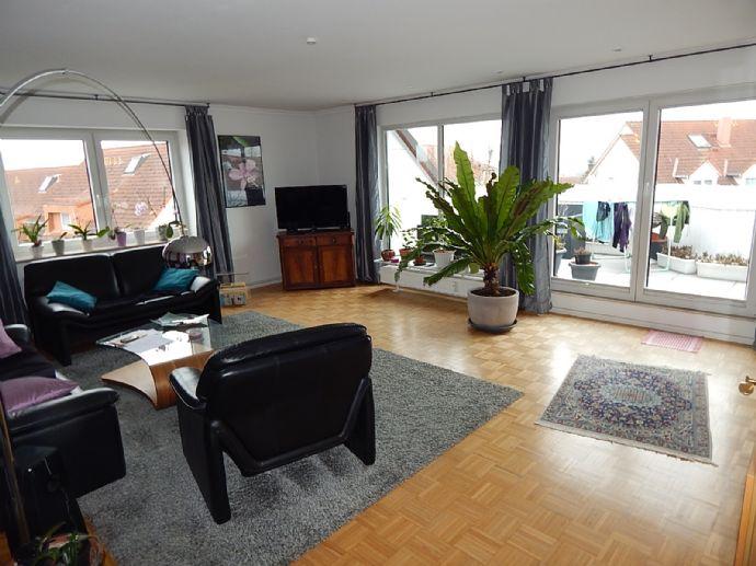 Mieten für zwei Jahre! Großzügige 6 Zimmer Wohnung über zwei Etagen, mit Dachterrasse und Tiefgarage