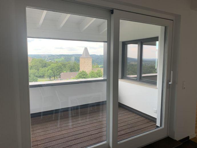2-Zimmer-Dachgeschoss-Wohnung mit Einbaubauküche, Aufzug und Loggia mit herrlichem Ausblick im hist