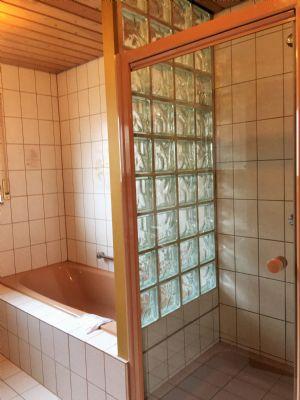 Badewanne, Dusche mit Glastür