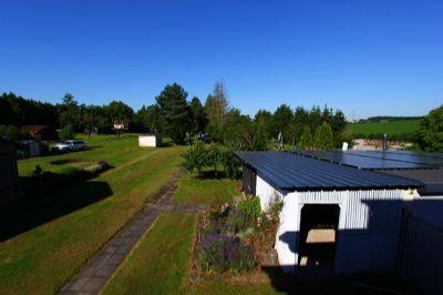 Garten mit Holzlager