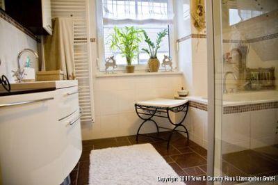 Komfortabel eingerichtetes Bad im Obergeschoss